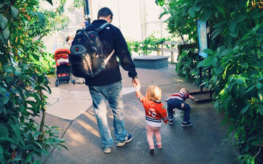 family-time-in-butterfly-garden-denver-westminster_t20_JljK1R